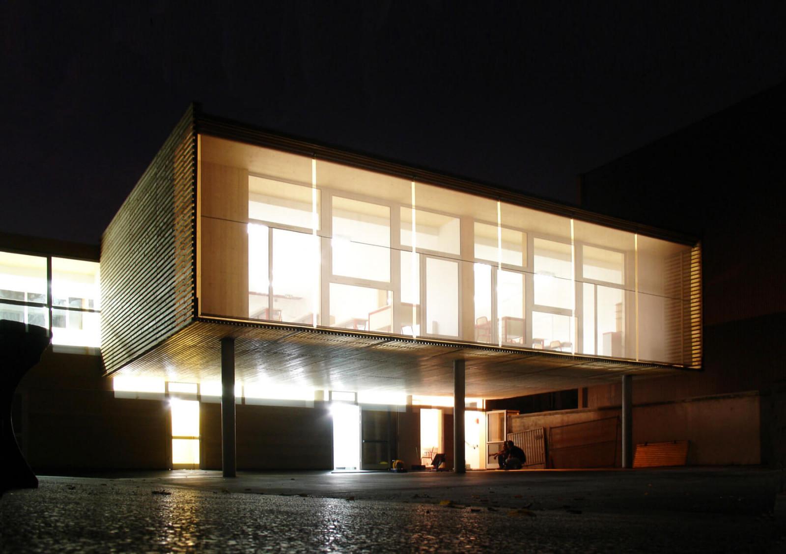 graam-henri-barbusse-02-equipement-alfortville-ecole-exterieur-cour-bois-nuit